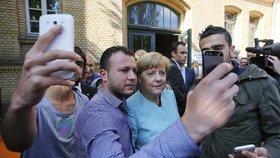 Uprchlíci stáli o selfie s kancléřkou.