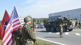 Konvoj US Army po krátké zastávce opouští areál údržby dálnice v Ostrově u Stříbra
