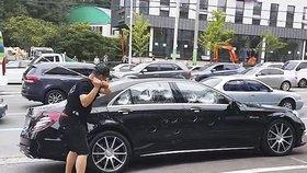 Muž rozmlátil poruchové auto.