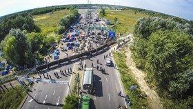 Neklid na hranicích Maďarska: Letecký pohled na oblast plotu