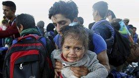 Tato syrská holčička se na ostrov Lesbos dostala živá. Jiné děvče po převržení člunu zemřelo