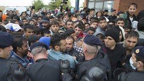 Do Evropy proudí hlavně mladí muži, zde v konfliktní situaci s policií v Chorvatsku.