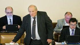 Stanislav Huml (uprostřed) mezi poslaneckými lavicemi ve Sněmovně