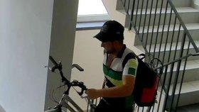Zloděj krade kola převlečený za cyklistu.