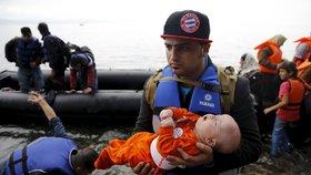 Během 45 minut se ve čtvrtek na březích Lesbosu vylodilo odhadem 1200 uprchlíků. Pokračuje tak trend posledních dní.