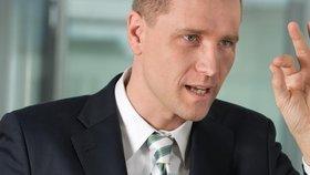 Petr Bystroň, syn českých exulantů, podle BfV opakovaně vyjadřuje sympatie krajně pravicovému hnutí.