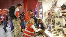 Dobrovolníci pomáhají na hlavním nádraží.