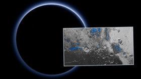 Snímky NASA ukazují, jak má Pluto modrou oblohu a že na jeho povrchu je vodní led.