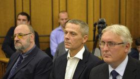 Soud v kauze privatizace OKD: Na lavici obžalovaných usedli (zleva) znalec Rudolf Doucha a úředníci Pavel Kuta a Jan Škurek.