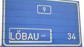Vtipálci upravili směrové dopravní značky na severu Čech. Na cedulích, které řidiče navádí do německého příhraničí, přidali nápisy v arabštině.