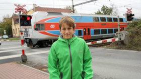 Školák natočil, když autobus přerazil závoru u přejezdu.