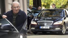 K restauraci dojel Štrougal v Mercedesu S-Class za milion.
