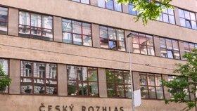 První provizorní studio rozhlasu bylo zřízeno ve skautském stanu poblíž vysílací stanice ve Kbelích u Prahy, chyběly zkušenosti i finanční prostředky.