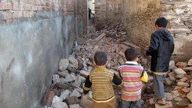Zemětřesení v Pákistánu a Afghánistánu si vyžádalo přes 300 obětí.