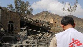 Ještě dvanáct hodin po útoku byl vidět dým stoupající z trosek nemocnice v oblasti Sa'ada v Jemenu.