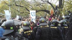 Na demonstraci odpůrců EU, migrace a islámu na náměstí Míru v Praze zasahovali těžkooděnci.