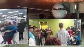 Cestující po nouzovém přistání slavili, že se podruhé narodili. Lidé tančili a plakali štěstím.