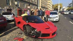 Řidič luxusního ferrari LaFerrari ztratil kontrolu nad vozidlem. Oprava bude nákladná.