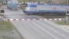 Řidič prorazil závory a přejezdem v tu ránu prolétl vlak.