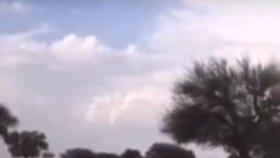 Přívalové deště v Saúdské Arábii proměnily poušť na řeku.