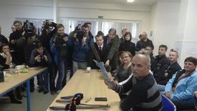 Personál v Bělé ukazuje, jak se na ně uprchlíci vyzbrojili