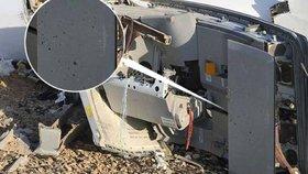 Snímek trosek letadla zachycuje díry, které provrtaly projektily zevnitř stroje.