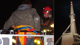 Hasiči zachraňovali sebevraha z komína bruntálské teplárny.