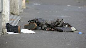 Kaluže krve v pařížských ulicích zakrývají květiny a svíčky.