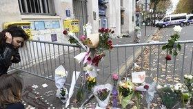 Vedle koncertní haly Bataclan se přes zaschlou krev hromadí květiny a svíčky. Lidé uctívají památku padlých.
