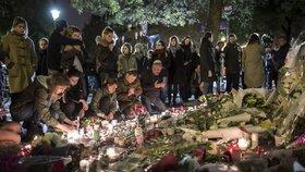 Lidé uctívají památku padlých po útocích 13. 11. před klubem Bataclan.