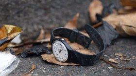 Rozbité hodinky po pátečních útocích leží na ulici.