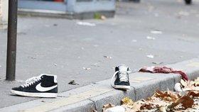 Boty a krev, pozůstatky po pátečních teroristických útocích v ulicích Paříže poblíž klubu Bataclan.