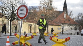Bezpečnostní opatření na Pražském hradě: Ježci v ulici U Prašného mostu