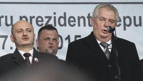 Českou hymnu zpívají 17. listopadu zleva Martin Konvička, Jindřich Forejt a Miloš Zeman.
