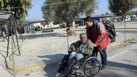 Syřan Jurayj, který si říká George, se zaregistroval v uprchlickém táboře Kara Tepes na kraji Mytilény, největšího města na řeckém ostrově Lesbos. Je invalidní. Jeho vozík tlačí syn Basil, se kterým putuje do Nizozemí.