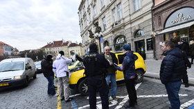 Zásah speciální pořádkové jednotky na Staroměstském náměstí - policisté zatkli několik taxikářů