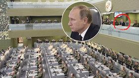 Prezidenta obklopují v horním patře sálu maršálové, admirálové a generálové armády, letectva a námořnictva, v dolním pak sledují detaily operací desítky analytiků.