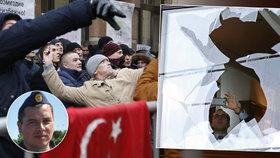 Dav demonstrantů zaútočil v Moskvě na turecké velvyslanectví.