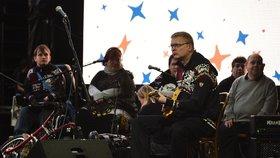 Vicepremiér Pavel Bělobrádek hodil na chvilku politické povinnosti za hlavu a zahrál si s kapelou handicapovaných The Tap Tap.