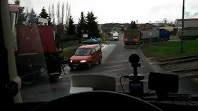 Stačil kousek a došlo k neštěstí. Řidič citroënu vjížděl v Dobrovici na Mladoboleslavsku na železniční přejezd ve chvíli, kdy přijížděl vlak. Přitom výstražná světla neblikala!