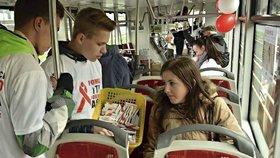 Českem jezdily tramvaje proti AIDS. Lidé se v nich dozvěděli, jak se chránit a nenakazit virem HIV.
