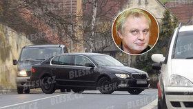 Miloslav Ransdorf (KSČM) za volantem svého superbu v Petrovicích před domem rodičů