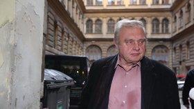 Miloslav Ransdorf přijel do sídla KSČM. Ve stejné košili s flekem, jakou měl v pondělí.