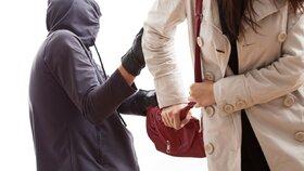 Mladík přepadl seniorku a vláčel ji za sebou po zemi: Zachránil ji mladý muž.
