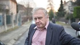 Miloslav Ransdorf věří, že dokumenty ze švýcarské banky jsou pravdivé. Jednal cizím jménem, provizi však prý slíbenou neměl.
