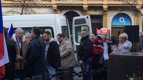Na Václavské náměstí dorazil zpěvák Ortel i expolitik Sládek.