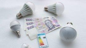Šmejdi nabízeli změnu dodavatele energií za výhodnějších podmínek a k tomu úsporné žárovky jako dárek zdarma. Pokud poté spotřebitel od smlouvy odstoupil, požadovali 2 tisíce Kč za žárovku. (Ilustrační foto)