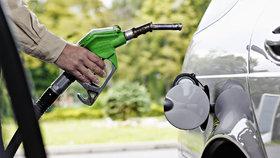 Natankujete nejdráž za více než tři roky. Benzin je za více než 33 Kč, nafta přes 32 Kč