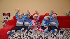 Loňské vánoční foto paterčat v santovských čepičkách