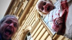 Tomáš Klus vyrazil na vánoční nákupy s dcerou Josefínou.